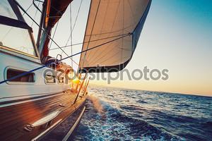 Плывущая в закат лодка