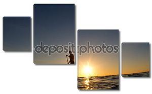Силуэт мужчины, детский его досок для серфинга на закате