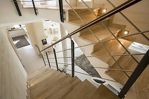 мраморная лестница в дорогом доме