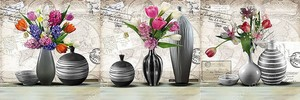 Вазы с цветами на постаменте