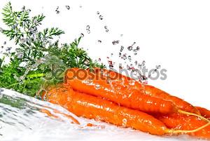 Морковь в брызгах воды