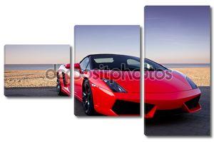 Красный спортивный автомобиль на пляж заката.