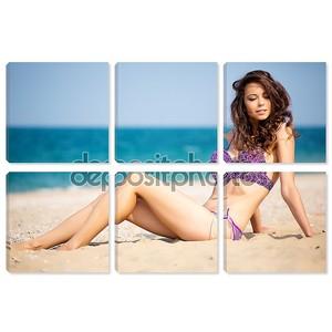 Девушка в бикини на пляже