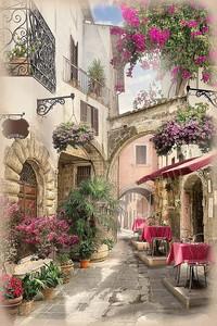 Солнечная и светлая улица с кафе