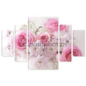 Розовые и белые цветы в вазе.