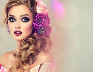 Женщина с вьющимися волосами и цветами