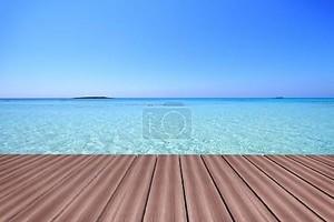 Деревянная палуба с бирюзовый цвет воды и неба