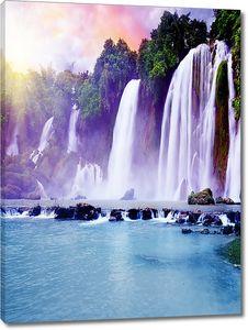 Освещенный закатом водопад