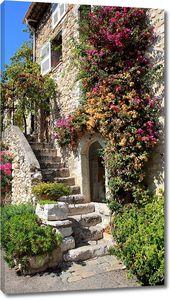 Прекрасный дом с цветами и лестницей