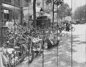 Уличная сцена в Париж, Август 23, 1953