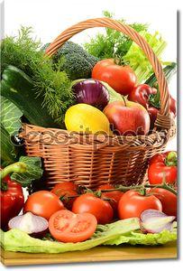 овощи в плетеной корзине
