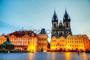 Церковь Богоматери перед Tyn в Праге на рассвете