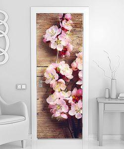 Веточка вишни на деревянной стене