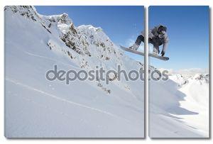Летающий сноубордист на горах, экстремальный спорт