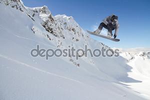 Снежная гора со сноубордистом