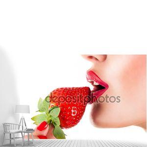 Сексуальная женщина ест клубничный, чувственный красные губы