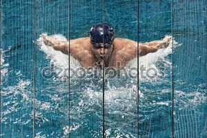 Портрет молодого человека, плавание в бассейне