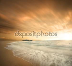 Красивый пляж на закате