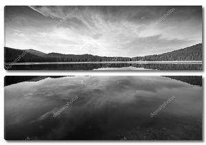 Озеро и горы черно-белые облака