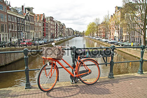 Оранжевый велосипед в центре города Амстердам в Нидерландах