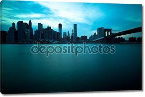 Бруклинский мост и Манхэттен небоскребов, Нью-Йорк Сити. продолжительным
