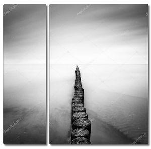 Побережье Балтийского моря с Старый причал в дождливый день, Usedom, Германия.