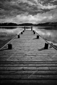 Деревянный мост. черно-белая концепция