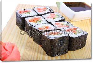 Суши и соевый соус