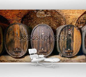 Старый винный погреб с бочками