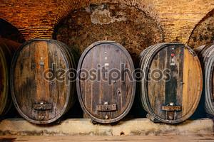 Старый винный погреб с бочки