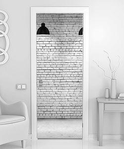 Кирпичная стена с четырьмя светильниками