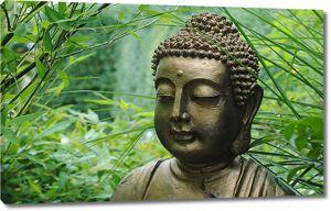 Будда на фоне зелени