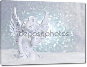 маленький белый Ангел-хранитель в снегу