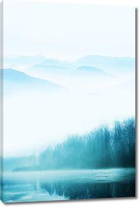 Туман над озером в горах