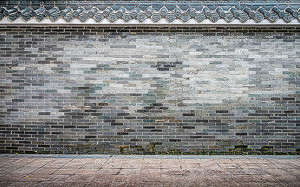 Декоративная кайма на кирпичной стене