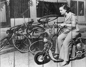 Девушка на миниатюрном мотоцикле