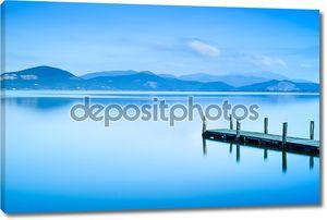 Деревянный пирс у голубого озера