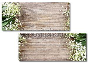 Лилия цветов долины на деревянном фоне