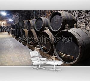 Бочки в погребе винодельни