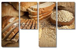 Хлеб из пшеницы, семена пшеницы и ломтики хлеба с деревянными фоне