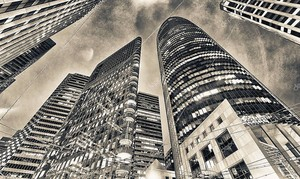 Городские здания ночью .