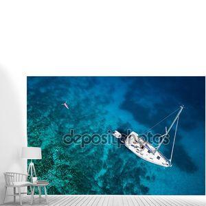 удивительное представление о яхте, плавающей женщине и Карибской чистой воде