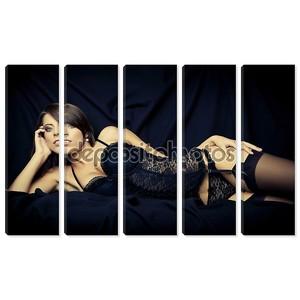 Сексуальная молодая девушка в черном белье