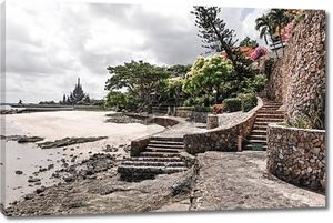 каменные шаги, приводящие к святилищу храма правды