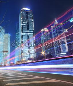Радуга света шоссе ночью в Шанхае