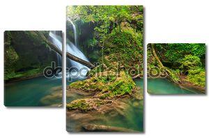 Потрясающий пейзаж в глубоком лесу с великолепным водопадом, Румыния