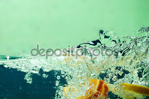 Свежие фрукты в воде