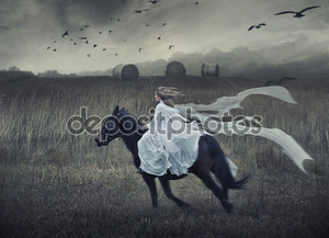 чувственная молодая красавица, едущая верхом
