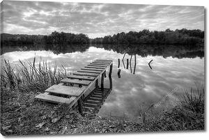 Ландшафтный фото еще озера в черно-белом