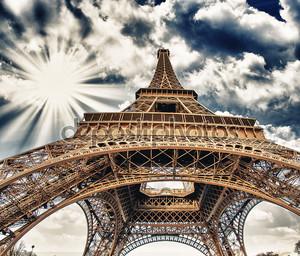 Вид вверх Fisheye Эйфелевой башни в Париже на солнечный зимний m